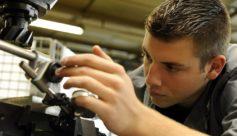 Micromécanicien dans l'industrie